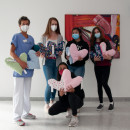 Übergabe der Herzkissen im Foyer des Gesundheitszentrums